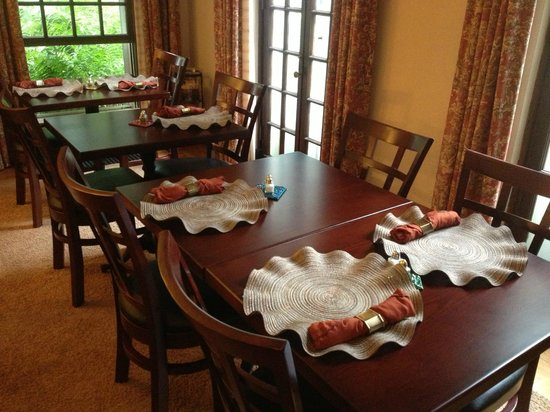 Forty Putney Road Bed and Breakfast : Large dining room