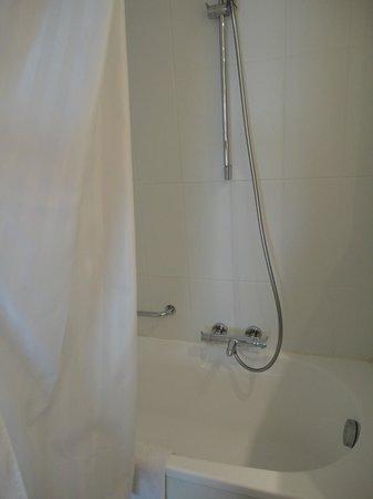 Antwerp City Hotel: Bad en douche (standaardkamer)