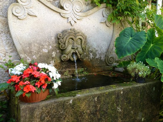 Hotel Spa Relais & Chateaux A Quinta da Auga: Fountain in the garden