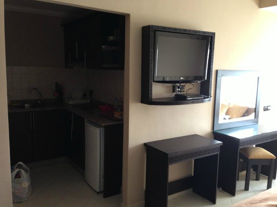 Suite Hotel Tilila : Kitchen area and TV
