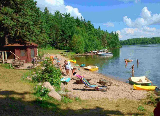 Crow Wing Crest Lodge: Beach, paddleboats, canoes, kayaks, funbug, SUP, lakeside sauna
