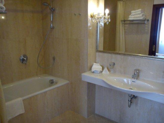 Louren Hotel: THE BATHROOM