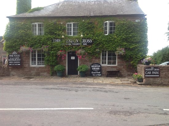 Weston Cross Inn: Lovely hanging baskets