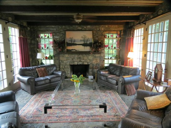 Chimney Hill Estate & Ol' Barn Inn: Stone room with hearth from entry-living room area