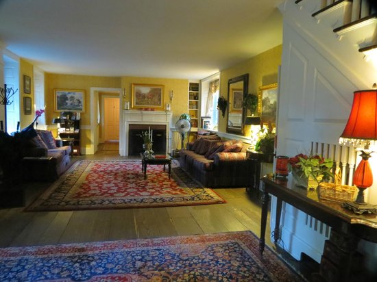 Chimney Hill Estate & Ol' Barn Inn: Living room (from Stone room)