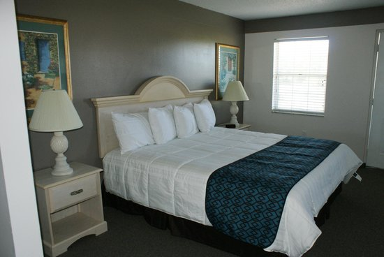 Sun Coast Inn : Crisp new linens & Serta pillows!