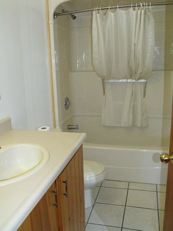 McCreary's Beach Resort: Bathroom