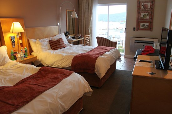 Protea Hotel Knysna Quays: Rooms beds and view
