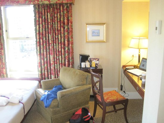 Mayflower Park Hotel: Desk area and roll away bed