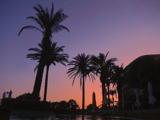 Radisson Blu Resort & Spa, Malta Golden Sands: Sunset by the pool