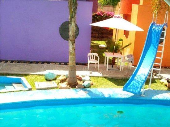 Hotel & Villas Partidor del Sol: Mesas con sombrilla area de alberca