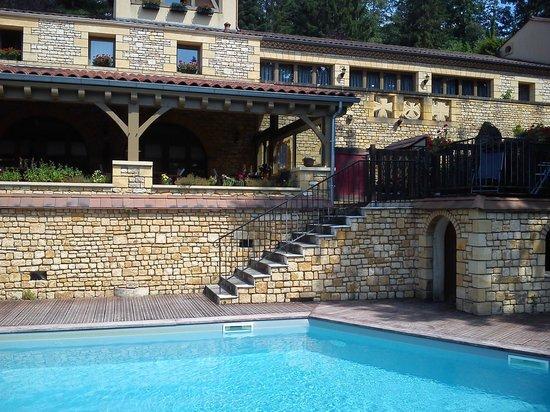 Les Quatre Vents : vue de la piscine et du batiment principal/restaurant/chambre
