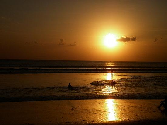 """Kuta Beach - Bali: ....""""Hal yang paling indah bisa mengabadikan Terbenamnya Matahari di Pantai Kuta Bali""""..."""