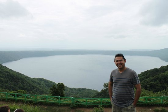 Ceiba Tour - Day Tours: Atras de mi una bella vista la Laguna de Apoyo, mas al fondo el gran lago de Nicaragua