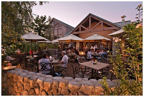 Jackalope's Bar & Grill at Tenaya Lodge: Jackalope's Patio Dining