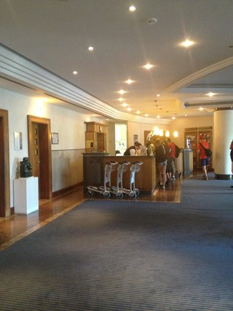 Novotel Freiburg: Lobby - pretty barren- could use the help of an intior designer