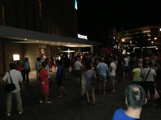 Novotel Freiburg: Firealarm went off in the middle of the night- everyone is outside waiting