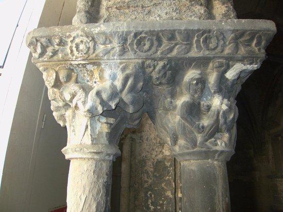 Cloître Saint-Trophime : Détail d'une colonne