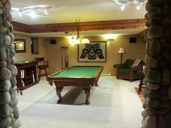 Tranquility Bay Waterfront Inn : pool table/poker area in the sunset sweet