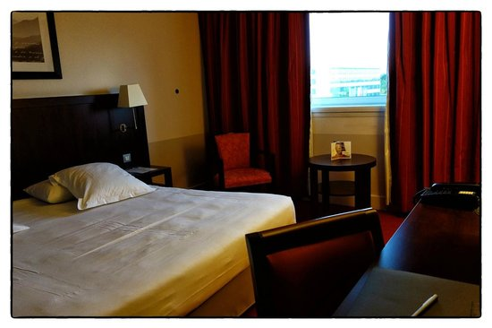 Golden Tulip Paris CDG Airport Villepinte: Golden Tulip hotel at CDG - bedroom