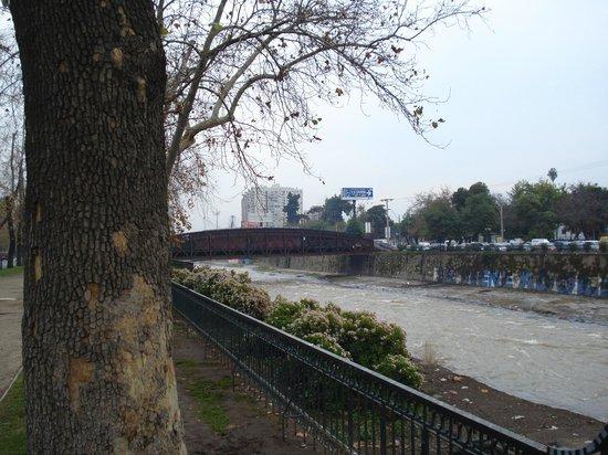 Principado De Asturia: Vista do rio Mapocho.