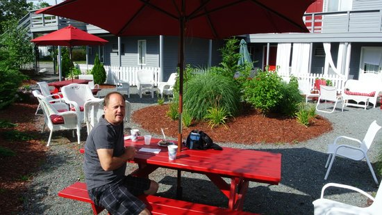Red Horse Inn - Falmouth: Enjoying Breakfast in the Courtyard
