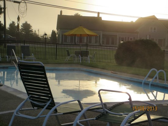 Stowe Motel & Snowdrift: Mist rising from the pool in the morning