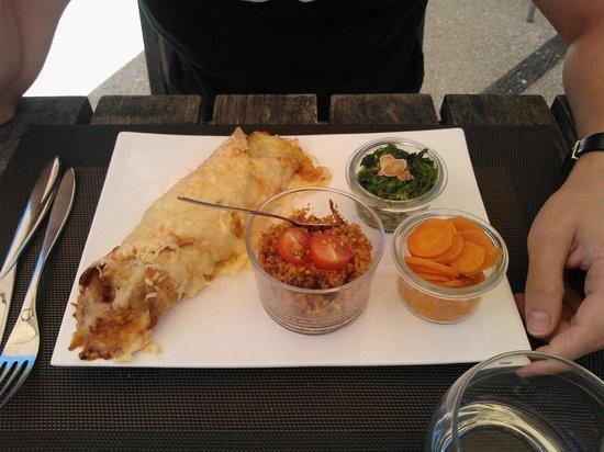 La Coccinelle : La fajita de poulet au curry mariné au lait de coco (emmental, oignons, tomates) et accompagneme