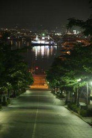 Hachimanzaka: 八幡坂越しに望む、ライトアップされた摩周丸