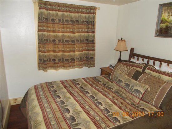 St Mary Lodge & Resort: Cabin #8 bedroom