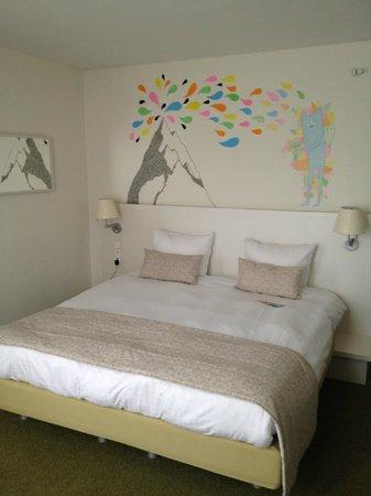Hotel BLOOM!: Het bed met de muurschildering