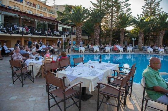 Vantaris Beach: Ужин (обычно был в помещении, а один раз сделали у бассейна, с концертом местных артистов)