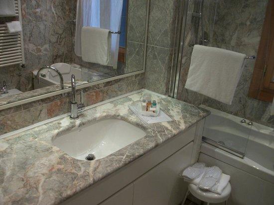 Hotel Ca' Fortuny: salle de bain avec produits