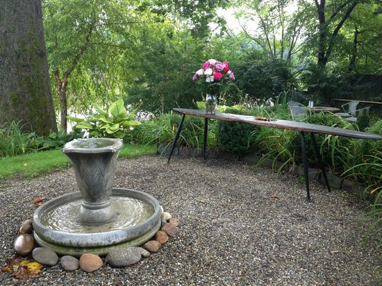 Bridgeton House on the Delaware: Fountain/table outside of the Boat House