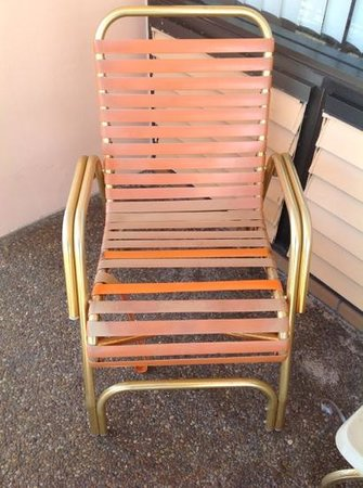 Sea Cliff Resort: broken chairs