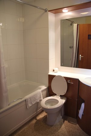 Premier Inn Swansea City Centre Hotel: Bathroom