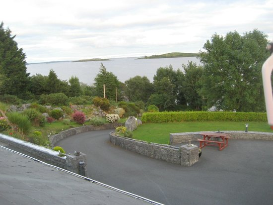Lakeshore House B&B: A very well maintained garden for the guests use