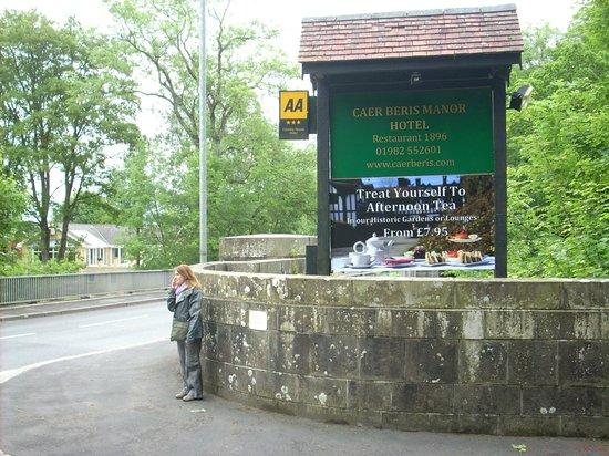 Caer Beris Manor Hotel: Entrance opposite golf club