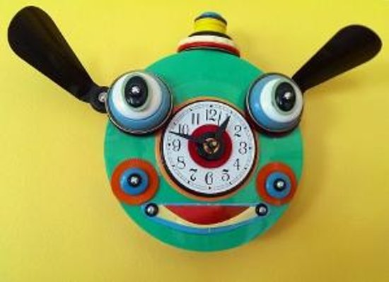 Yellow House Bed and Breakfast: Fun clock in the dining room
