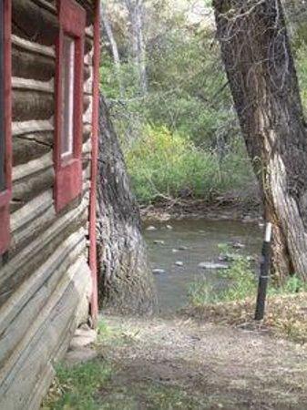 Woods Landing Resort: Laramie River behind cabin