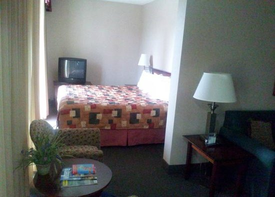 Westmark Anchorage: Bedroom adjoining large living room