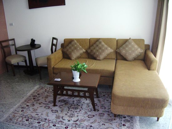 Adelphi Suites Bangkok : Living area room 909