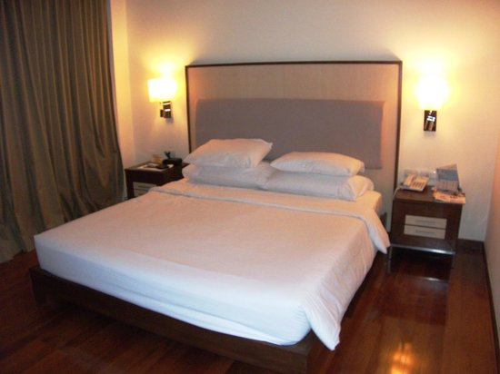 Adelphi Suites Bangkok : Bedroom room 909