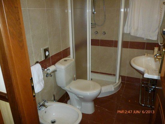 Bidet Para Baños Pequenos:Baño pequeño pero completo; con bidet !!! – Bild von BEST WESTERN