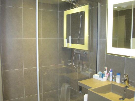 Novotel Brussels City Centre: Baño habitación