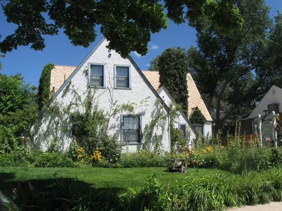The Garden Cottage Bed and Breakfast: Beautiful in Summer!