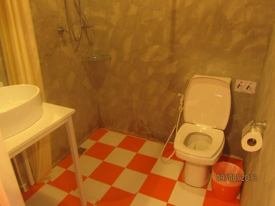 Focal Local Bed and Breakfast : Orange tiles!