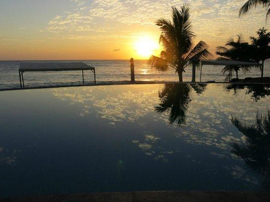 Siddhartha Ocean Front Resort & Spa: Infinity pool at 5.20am