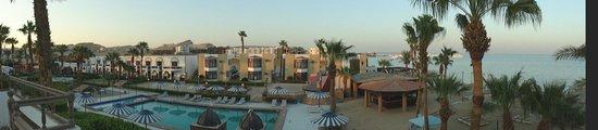 Al Mashrabiya: Отель. Корпуса с другой стороны бассейна.