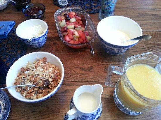 Casa Breeze Inn: Just the beginning of breakfast!